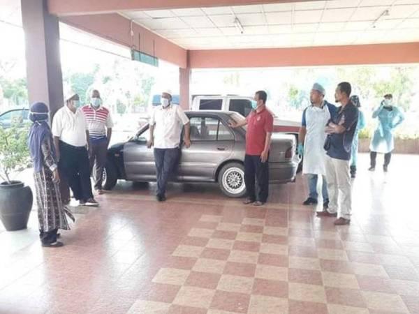 Syed Ibrahim (empat dari kiri) ketika meninjau keadaan di sekolah terbabit semalam. - Foto FB Datuk Seri Syed Ibrahim